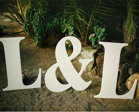 "<Img src = ""Iniciales gigantes novios.jpg"" alt = ""iniciales gigantes de madera para boda"">"