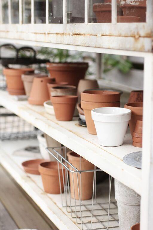 miniväxthus, växthus, mini, vitt, lerkrukor, terracotta krukor, kruka, stål, stålväxthus, dommo outlet, varberg, på trädäcket, uteplatsen