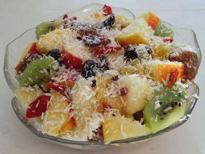Salade de fruits d'automne et de fruits secs à la cannelle et à la noix de coco…