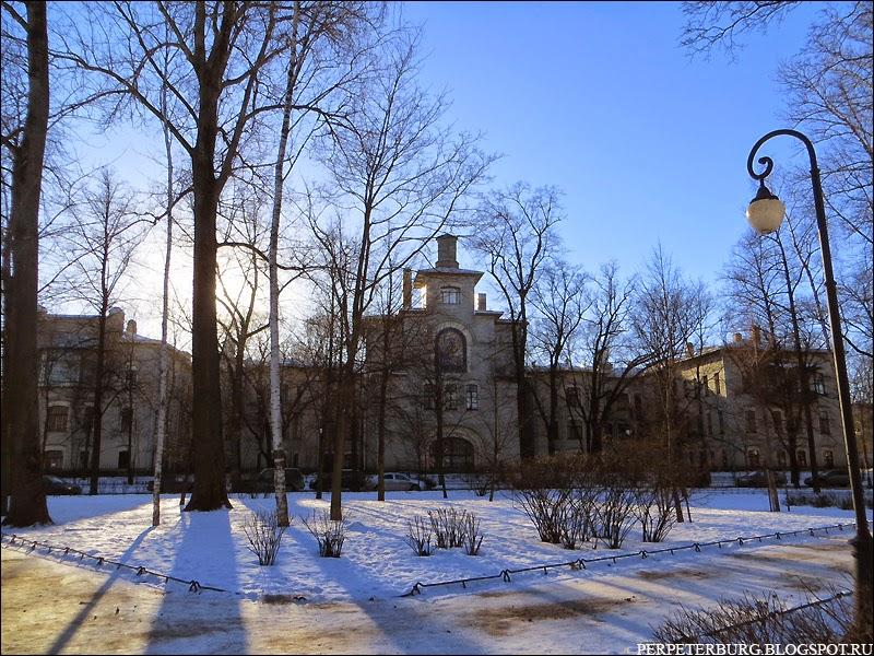 Ортопедическая лечебница в Александровском парке Петербург здание с иконой рядом с Петропавловской крепостью