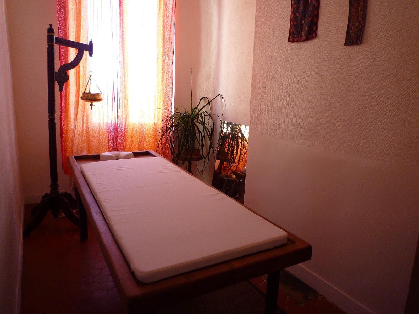 tilo une table de massages ayurv diques en bois. Black Bedroom Furniture Sets. Home Design Ideas