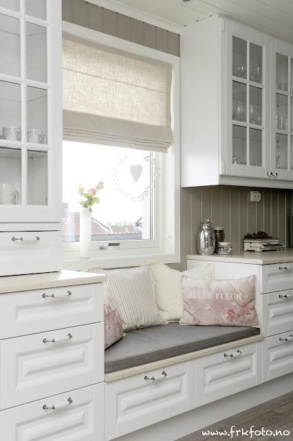 Inspira interiør: kjøkken med sittebenk.