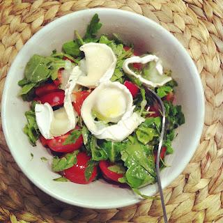 Rucola-Tomaten-Paprika-Ziegenkäse-mit-Honig-Salat