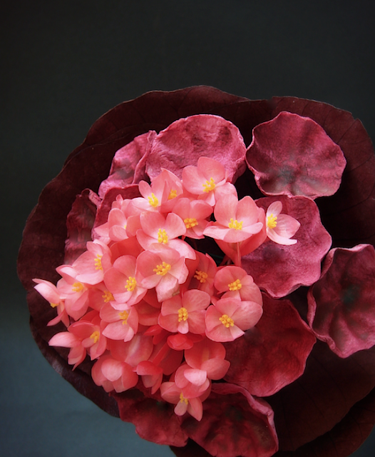 bouquet da sposa con fiori freschi e di carta color marsala e rosa