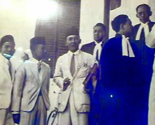 Ir. Soekarno bersama anggota di pengadilan