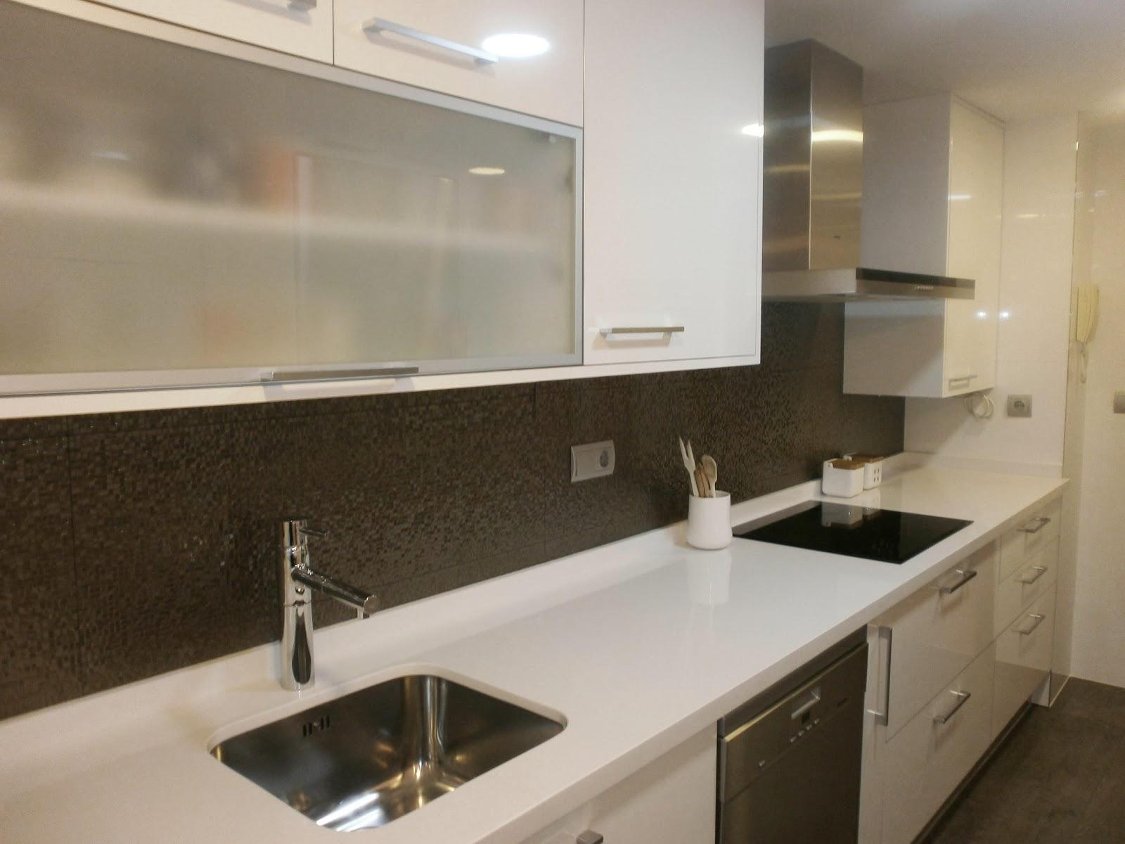 C mo lograr m s amplitud visual en la cocina cocinas con for Ocultar lavadora