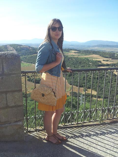 Vestido de verano de rayas blancas y amarillas de Lavand con cazadora vaquera de Primark