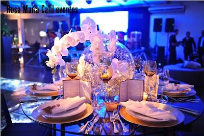 orquídeas brancas, menu, velas, souplat dourado, taheres prata, mesa vidro