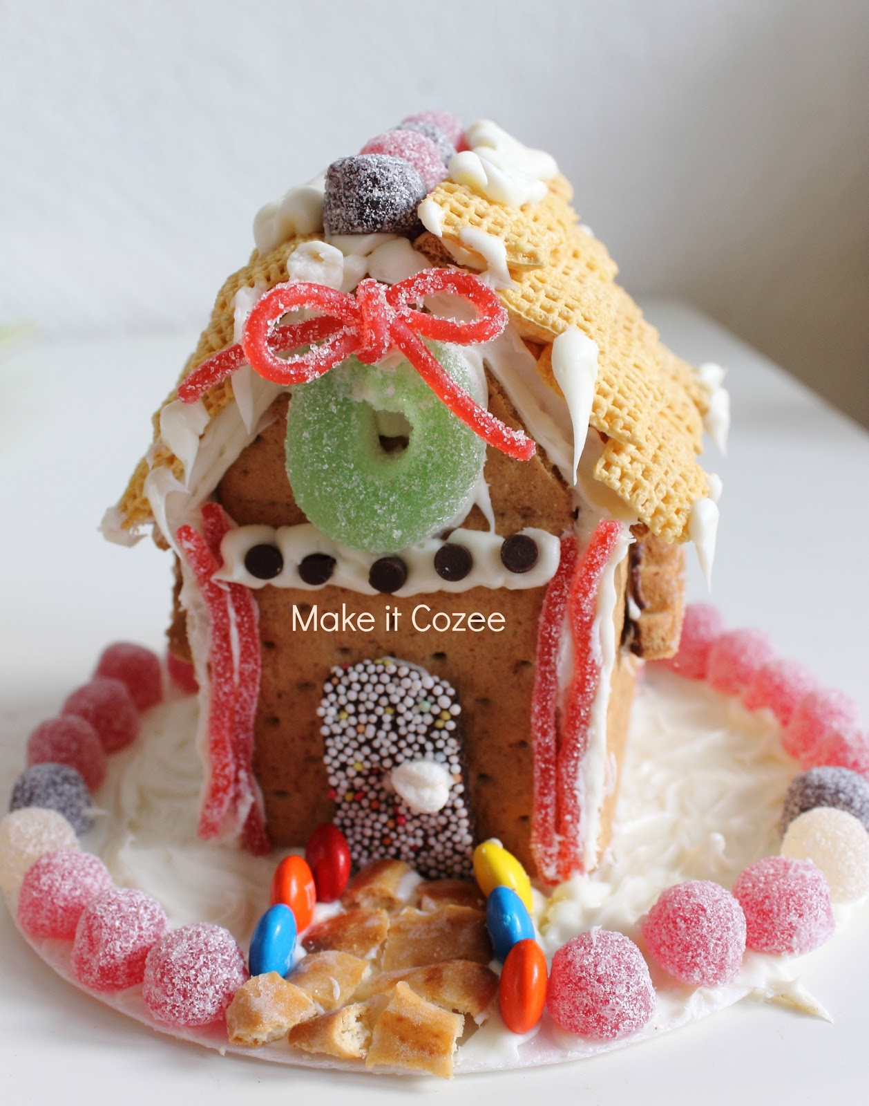 Make it Cozee: Graham Cracker Gingerbread House