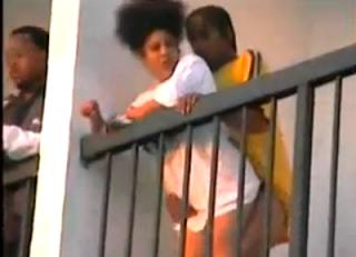 Flagra de casal negro trepando na escada