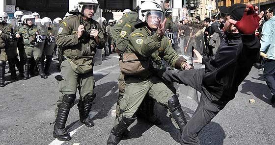 """Grécia vota """"sim"""" no projeto de resgate"""