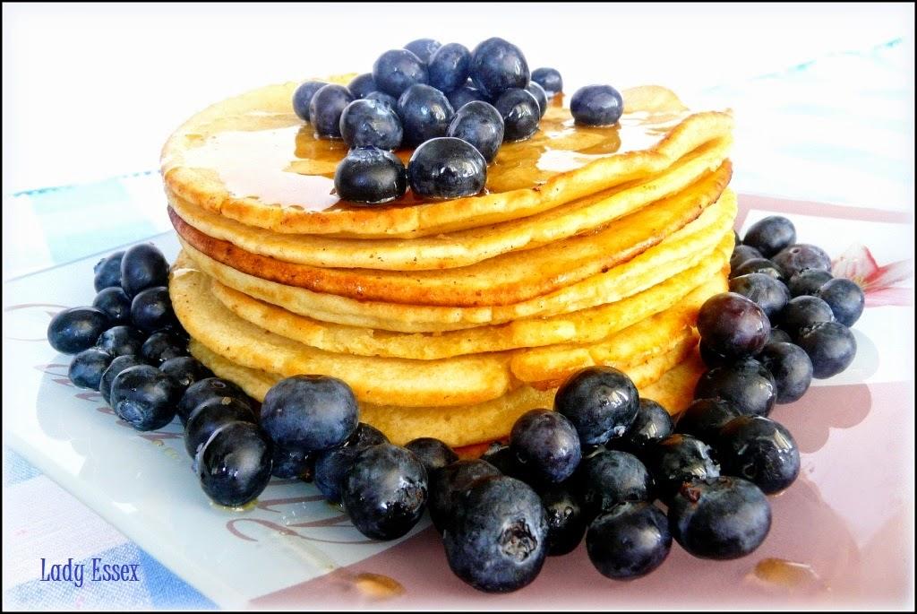 """Amerykańskie """"pancakes"""" z syropem klonowym i borówkami"""