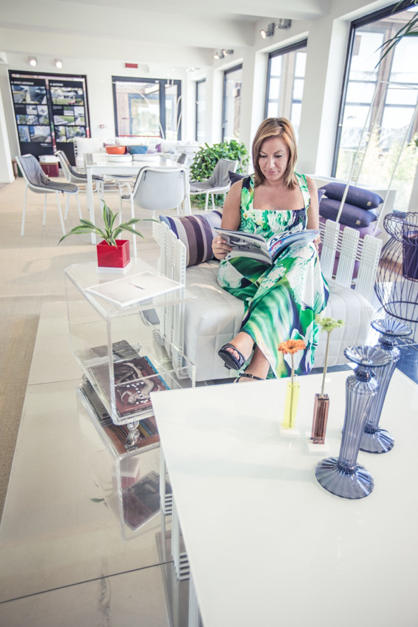 tavolino portariviste dal design in plexiglass