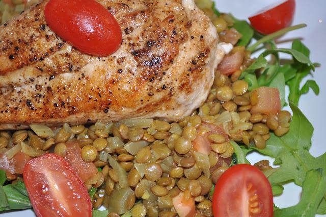Kyllingfilet på en seng av linser og rucola salat