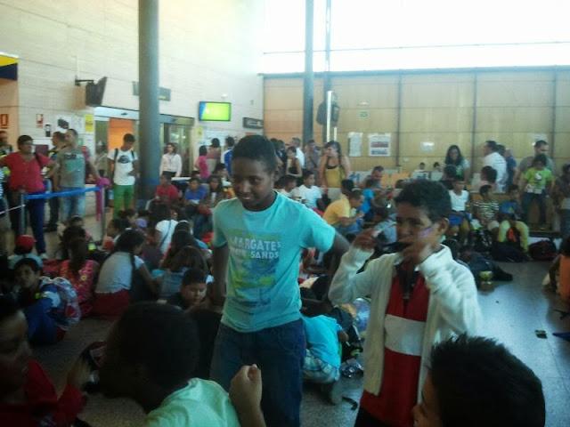 Niños saharauis en el aeropuerto de Villanubla