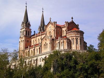 http://3.bp.blogspot.com/-SIGi5QZWS04/UKDuianmkoI/AAAAAAAAFp8/HO7_m0jX_cQ/s400/Santuario+de+la+Virgen+de+Covadonga+-+que+visitar.jpeg