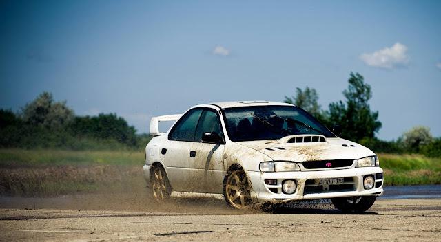 Subaru Impreza WRX GC, napęd na cztery koła, kultowy model, japoński sportowy sedan, boxer, zabawa, biały