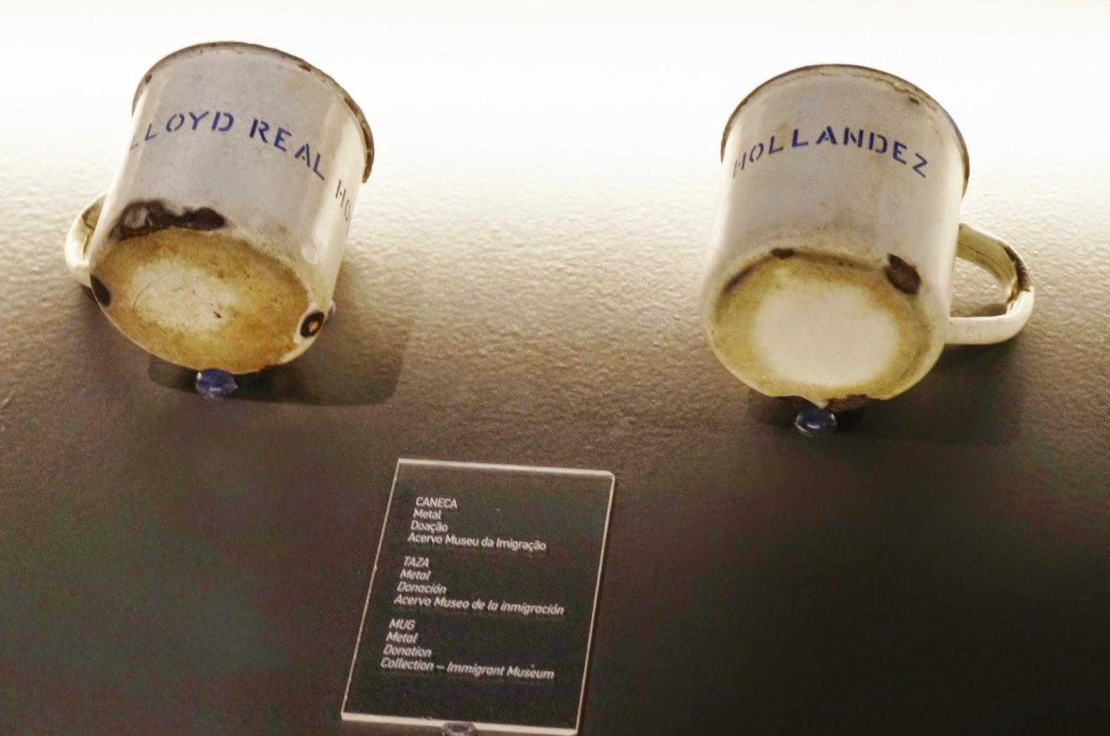 canecas de metal esmaltadas da companhia Llody Real Hollandez no acervo do Museu da Imigração