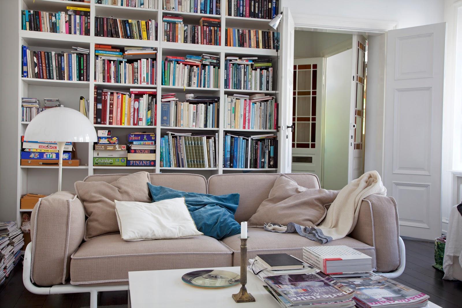 affordable son bras est doublement articul grce la. Black Bedroom Furniture Sets. Home Design Ideas