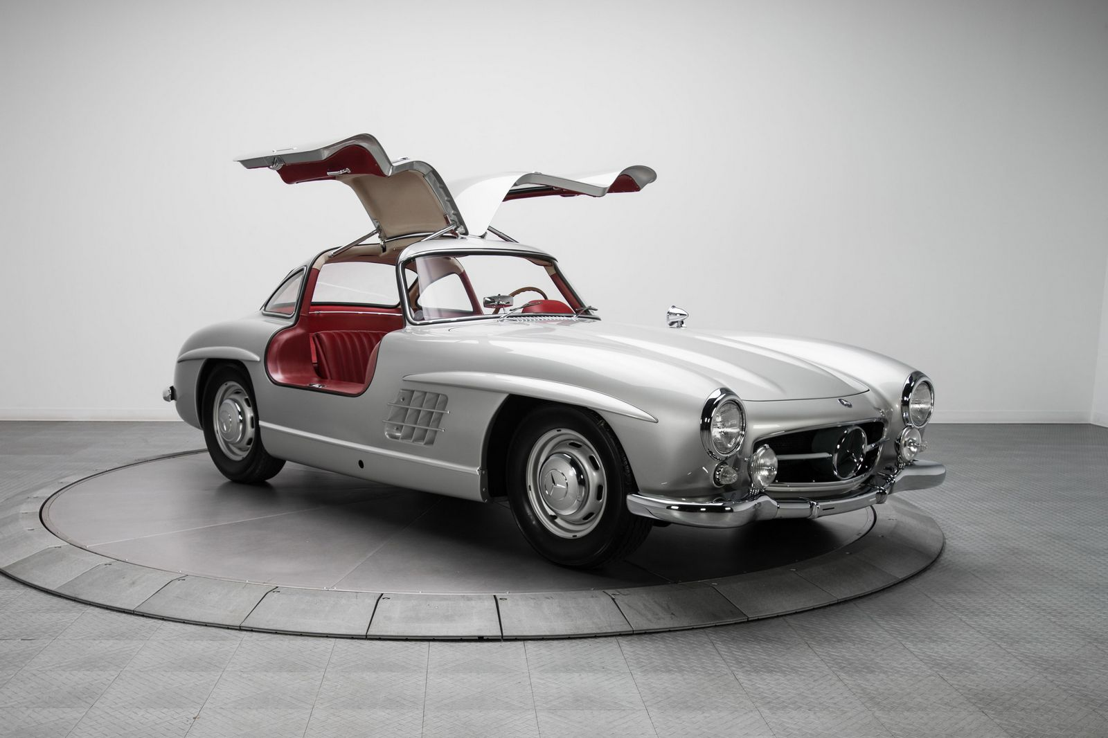 Mercedes benz 300sl 39 gullwing 39 sells for impressive 1 9 for Mercedes benz sl price