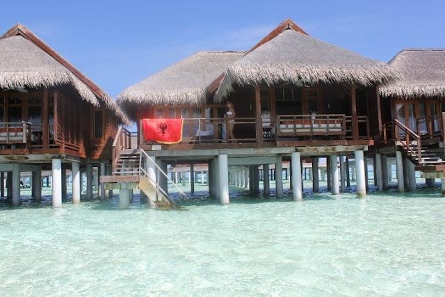 La Bandiera albanese alle Maldive