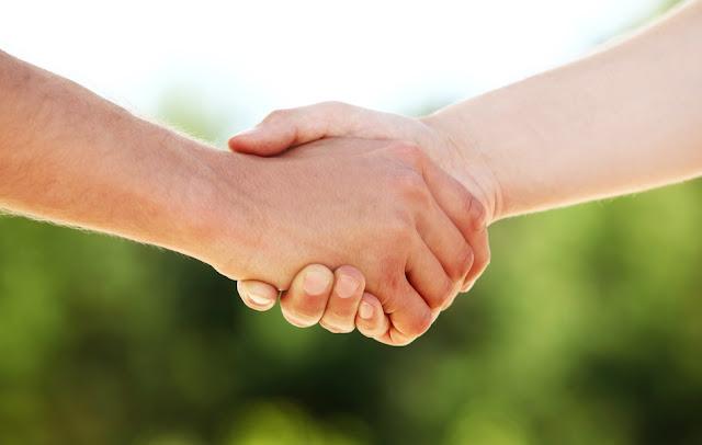 5 Manfaat Bergandengan Tangan