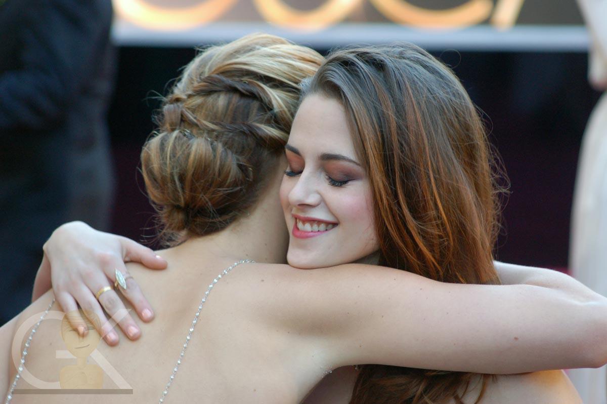 http://3.bp.blogspot.com/-SKnuiu1yJ8U/UTPPN3-_SqI/AAAAAAAAWpA/-Ssd-B8EVUg/s1600/Kristen+Stewart+&+Jennifer+Lawrence+@+The+Oscars.jpg