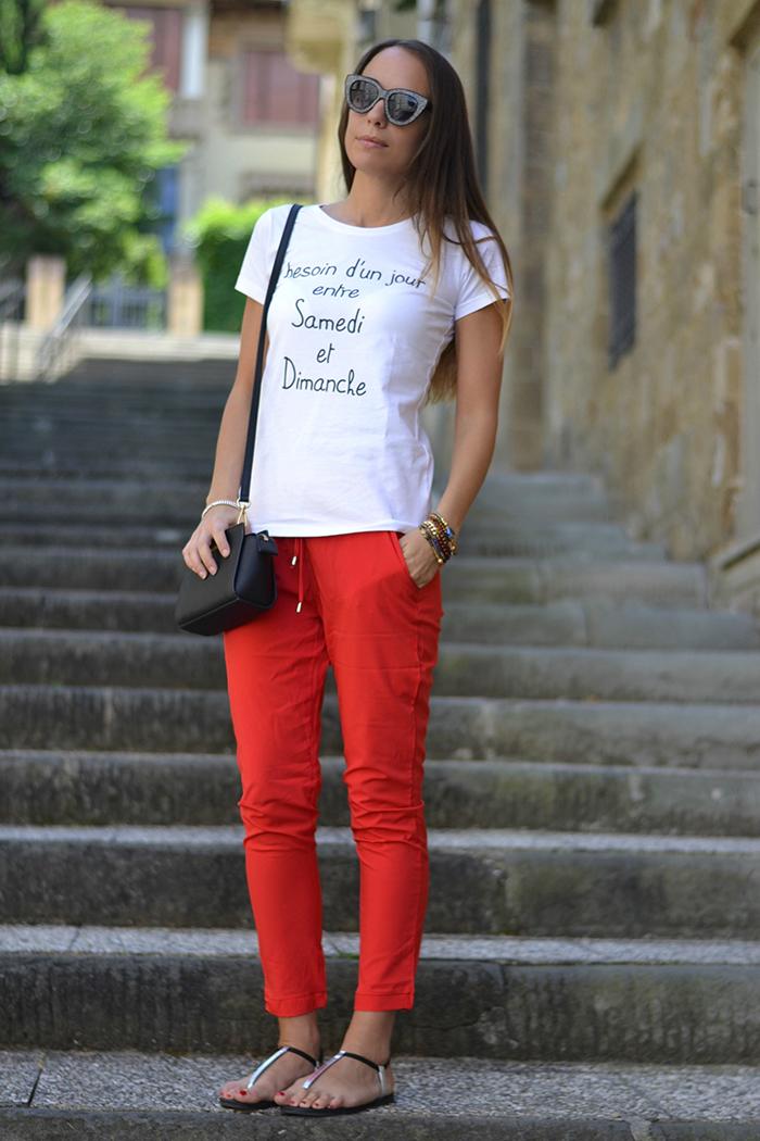 look con pantaloni rossi