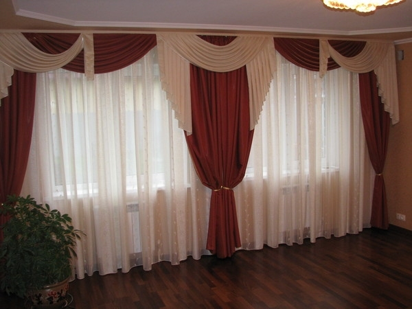 Дизайн штор для зала с двумя окнами