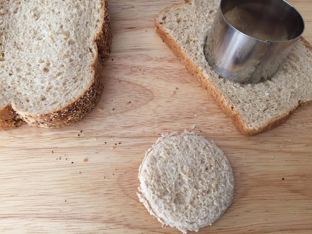 Mini tostas de jamón, queso y aceitunas. Cortando el pan.