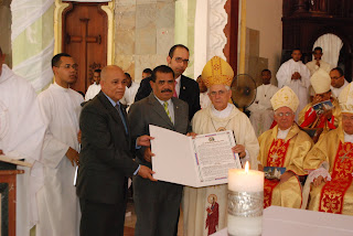 Senado reconoce al obispo Grullón Estrella