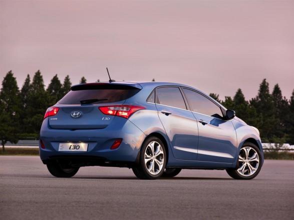 Toyota Auris 2 2012-Hyundai-i30-Rear-Side