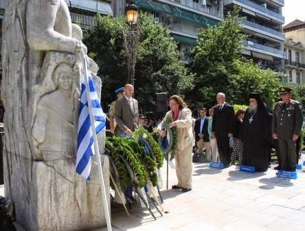 Η πρόεδρος της Μέριμνας Ποντίων Κυριών Ιφιγένεια Πανίδου καταθέτει στεφάνι στο μνημείο των Προμάχων του Ποντιακού Ελληνισμού.