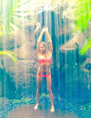 ashley tisdale en pequeño bikini 2012