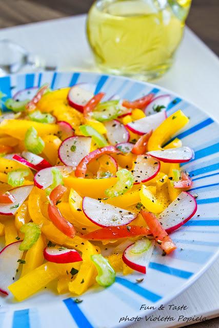 Sałatka z żółtej papryki, rzodkiewki i selera.