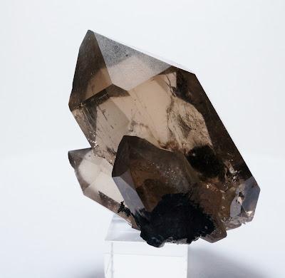 Le cristal est composé d'un quartz biterminé auquel est accolé deux pointes secondaires.