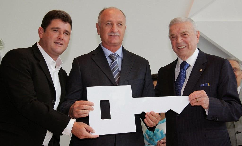 José Maria Marin, acompanhado do prefeito Arlei, entrega chave do novo CT nas mãos do Felipão