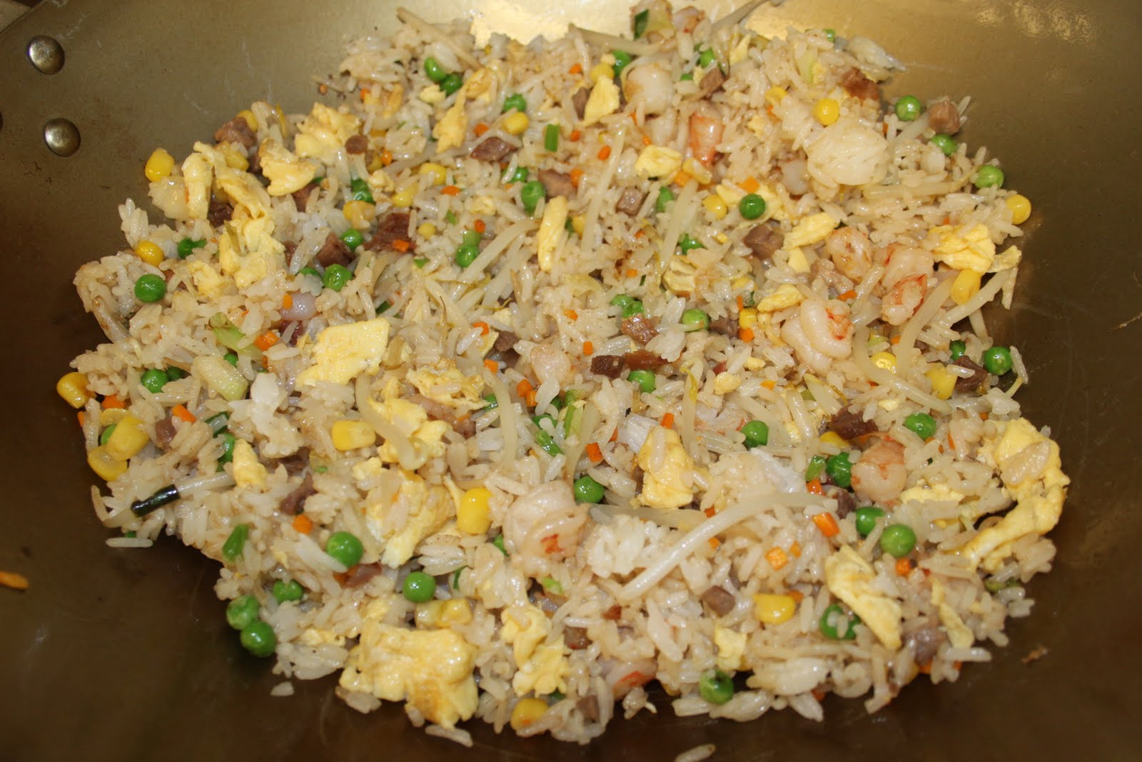 Servir immédiatement le riz en ajoutant éventuellement quelques crevettes  cuites rapidement dans le wok libre pour un riz cantonnais de luxe!