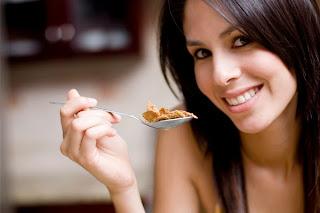 Wanita sedang sarapan diet