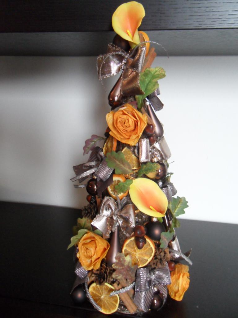Le cose di lini alberi di natale con fiori di carta pirkka for Alberi di natale di carta