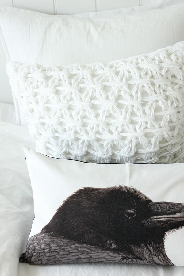 vit virkad kudde, vit stickad kudde, kudde i svart och vitt, kudde med fågel, korp på kudde
