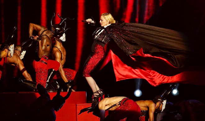 Madonna perde l'equilibrio dal palco dei Brit Award