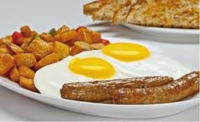 Huevos con salchichas y papas