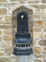 Font habilitada al cantó nord-est del dipòsit d'aigua de la Cova del Penitent