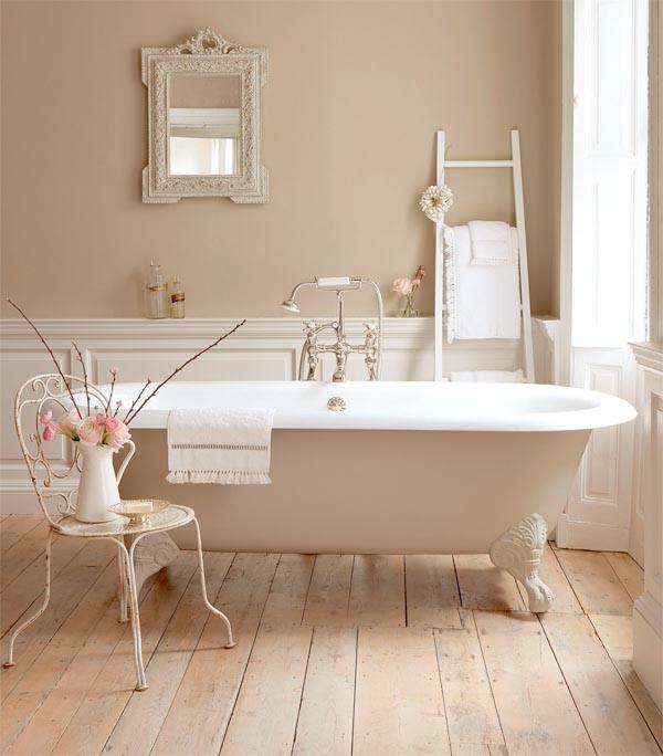 Baño De Tina Romantico:Country Bathroom with Clawfoot Tub