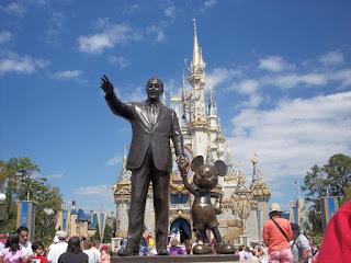 Estátua de Walt Disney e Mickey na entrada da Disneylândia