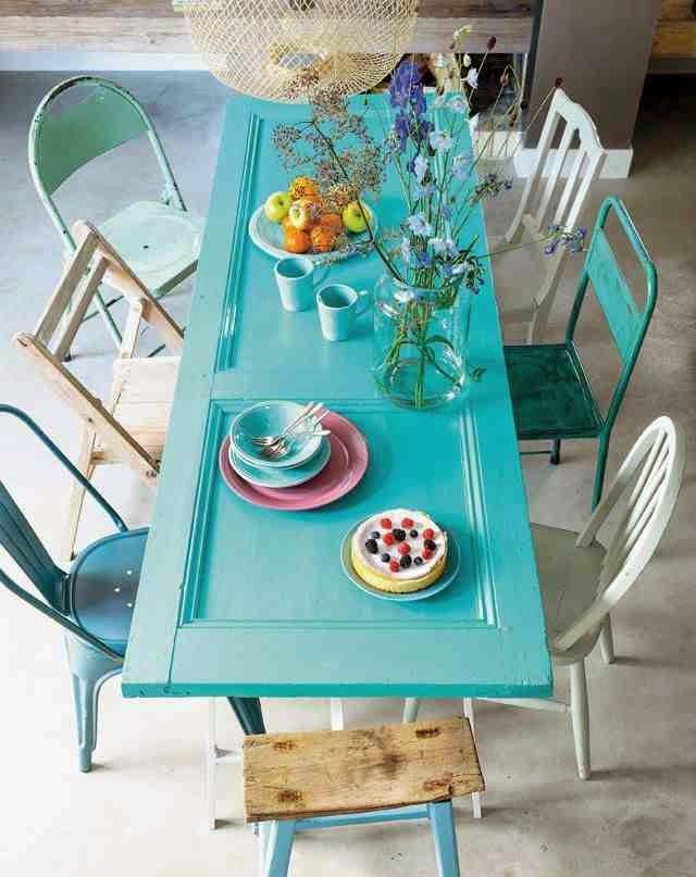 Colorful interior stół z turskusowych drzwi, metalowe kolorowe krzesła, tolix,