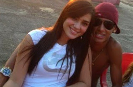Neymar poses with girlfriend Fernanda Barroso during vacation