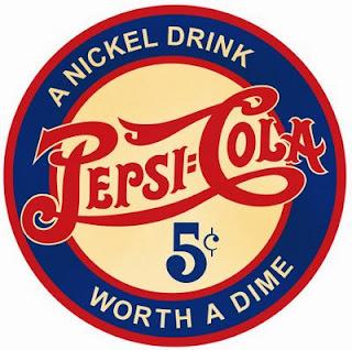 """Selo da Pepsi na década de 40. """"A Nickel drink worth a dime"""". Algo como: """"Onde 5 centavos valem por 10"""""""