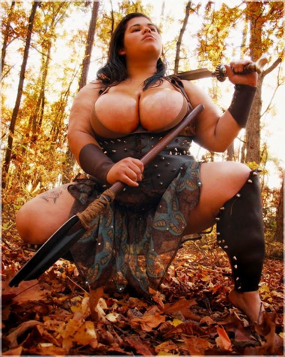 sublime BBW guerrière, les seins luisant de sueur accroupie